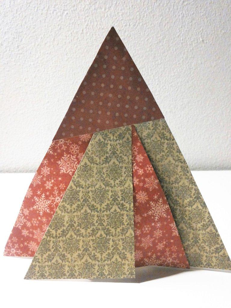 decorazione natalizia albero di natale in cartoncino tecnica patchwork e scrapbooking rosso e verde