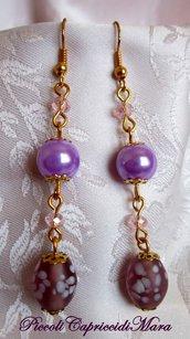 Orecchini con perle lilla, perle in vetro e cristalli rosa