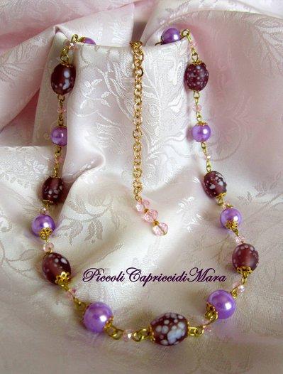Collana con perle lilla, perle in vetro e cristalli rosa