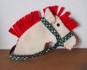 Testa di cavallo in feltro.ADDOBBO NATALIZIO.Feltro bianco/rosso.Nastro verde inglese.Ricamata a mano.(personalizzabile in vari colori anche come bomboniera o stanza dei bimbi)