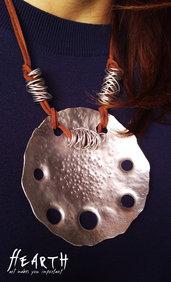 Collana in alluminio battuto e pelle scamosciata