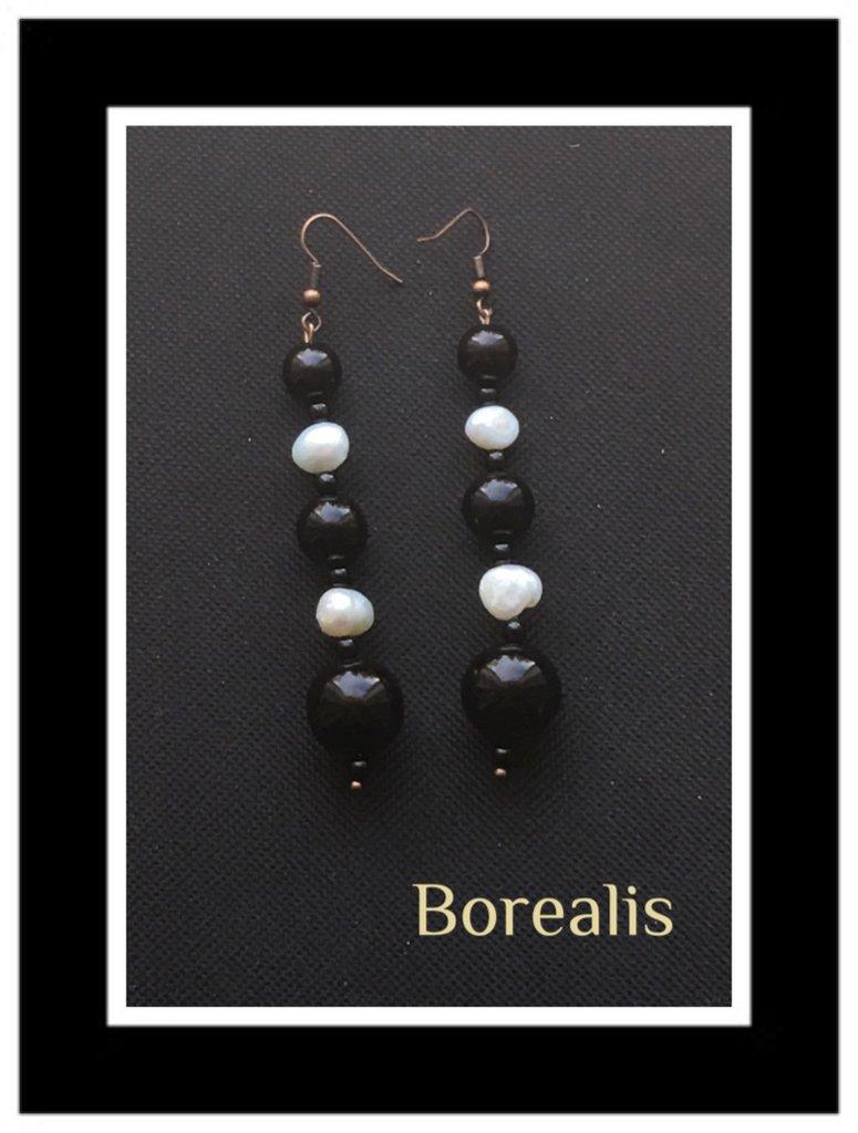 Orecchini pendenti lunghi in perle d'acqua e perle di Boemia