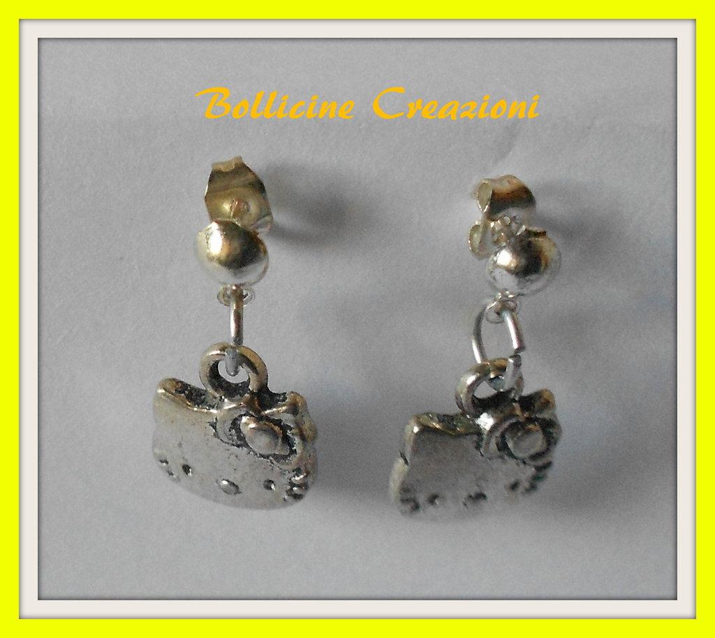 Oreccchini a perno pendenti con Hello Kitty in ottone color argento nickel free