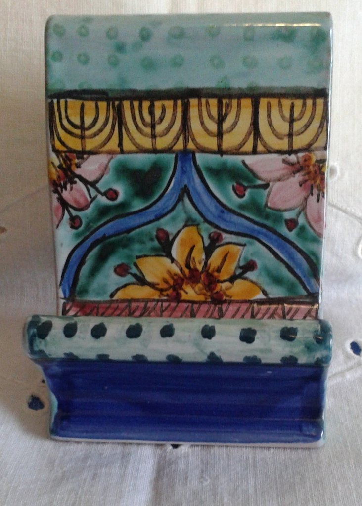 Portacellulare policromo  in ceramica dipinta a mano.Decoro Geo/Floris.