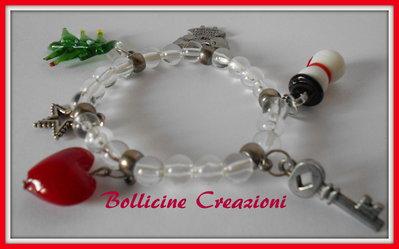 Bracciale in elastico con perline in acrilico e charms in stile natalizio