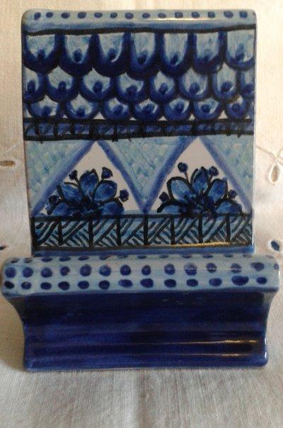 Portacellulare monocromatico in ceramica dipinta a mano.Decoro Geo/Floris.