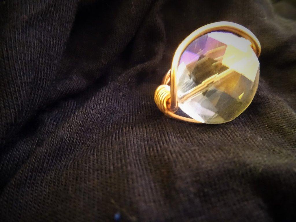 Anello color rame lucido con pietra tonda multi sfaccettata