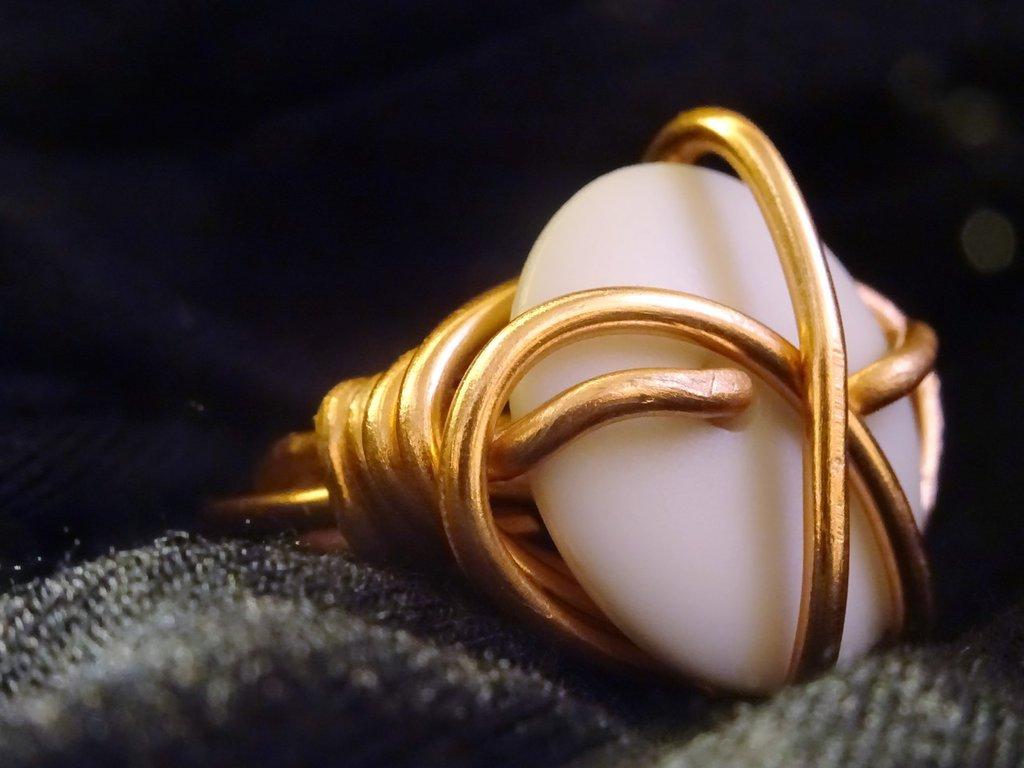 Anello color rame lucido e pietra grigio perlato