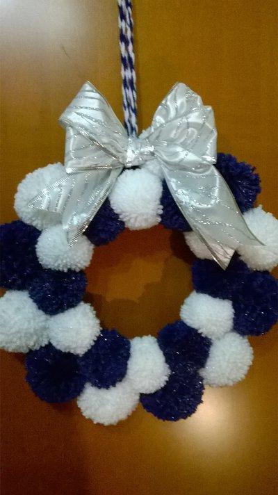 ghirlanda di natale, con pompom blu e bianchi, idea regalo