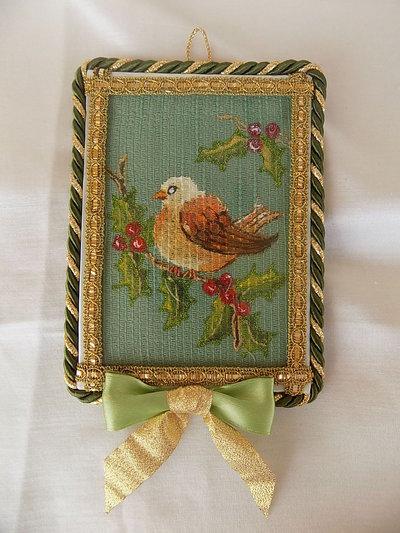 Quadretto natalizio dipinto a mano su stoffa e decorato con passamaneria