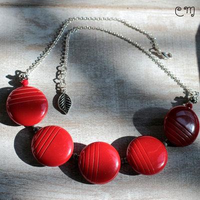 Collana rossa con bottoni vintage