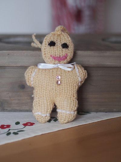 Omino biscottino.Gingerbread in lana,fatto a maglia.Disponibili varie versioni e dimensioni con varie finiture.Addobbo,ciondolo per borsa o pacco,spilla,segnaposto