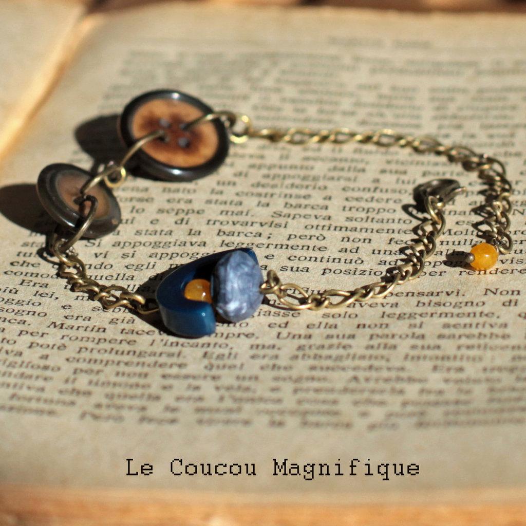 Bracciale in bronzo anticato con bottoni vintage e perle blu