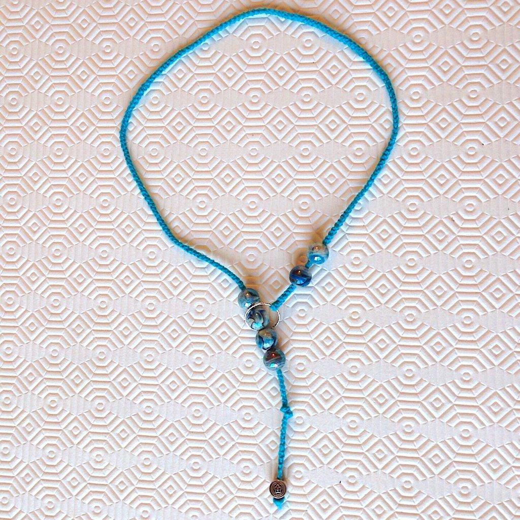 Collana lunga azzurra fatta a mano all'uncinetto con perle
