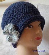Berretto cappello cloche donna in alpaca blu reale con spilla a fiore ad uncinetto