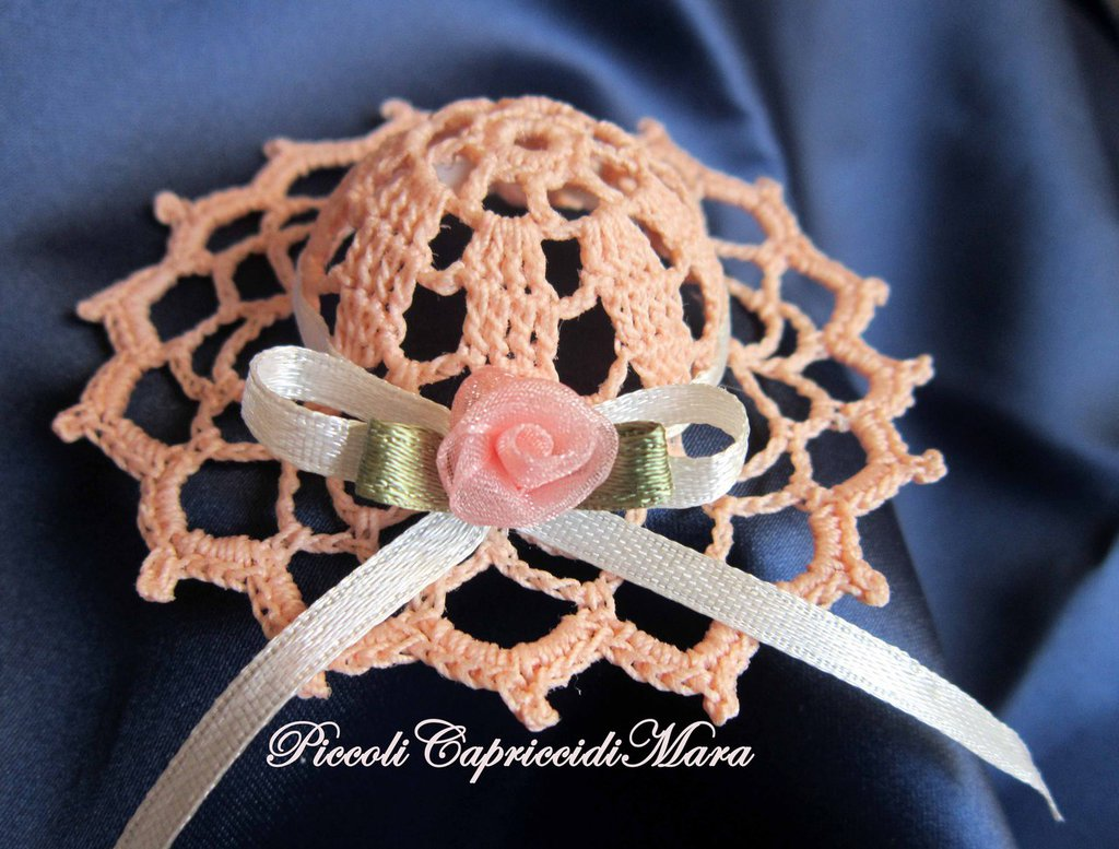 Cappellino all'uncinetto con rosa in organza
