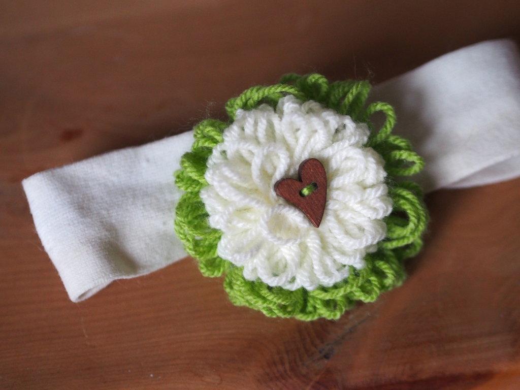 Fascia elastica per capelli/Spilla-bomboniera.2 Fiori sovrapposti in lana,lavorati a telaio.Bottone a cuore(verde/crema) in legno
