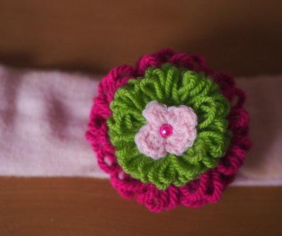 Fascia elastica per capelli/Spilla-bomboniera.2 Fiori sovrapposti in lana,lavorati a telaio.Margherita in lana e perla centrale