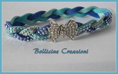 Bracciale 3 fili in alcantara con borchie luminoso intrecciato colori blu/azzurro/turchese con chiusura a calamita
