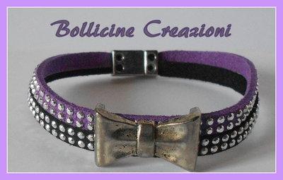 Bracciale 2 fili in alcantara borchie luminoso nero e viola con perla intermezzo disegno fiocco e chiusura a calamita