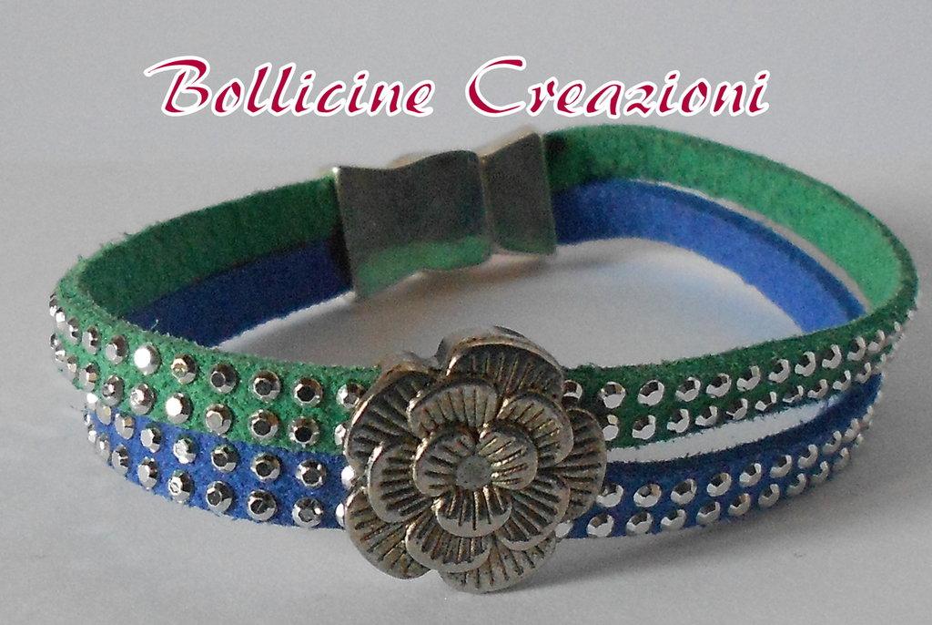 Bracciale 2 fili in alcantara borchie luminoso color blu e verde con perla intermezzo a fiore e con chiusura a calamita