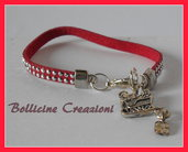 Bracciale in alcantara con borchie luminoso color rosso con charms slitta di babbo natale