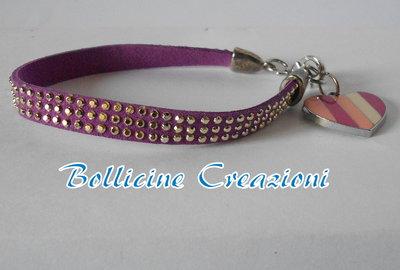 Bracciale in alcantara borchie luminose color viola con charms a forma di cuore chiusura a moschettone