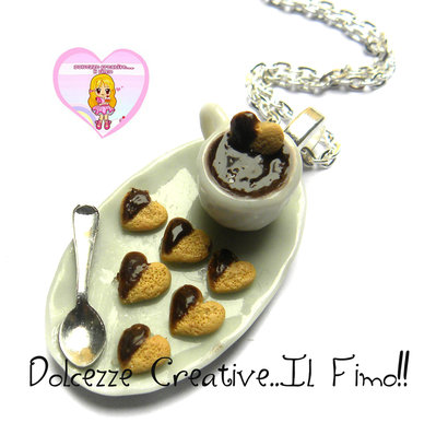 Collana Vassoio con tazza di cioccolata e biscotti a forma di cuore con cioccolato