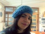 Basco in lana blu all'uncinetto