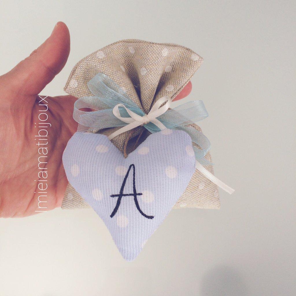 Bomboniera cuoricino imbottito con iniziale e sacchetto confetti
