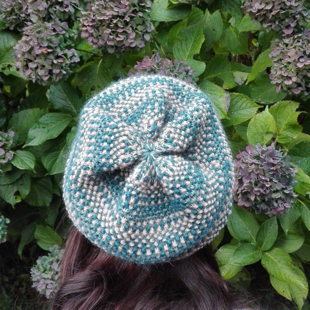 Berretto donna turchese, lavorato ai ferri, in lana, elegante e caldo da indossare. Nome : Dotty hat