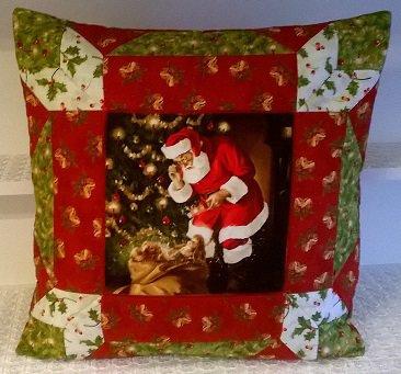 Cuscino Babbo Natale con i doni in patchwork fatto a mano