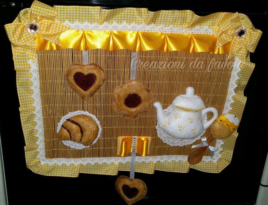 Coprifono giallo e bianco con biscotti