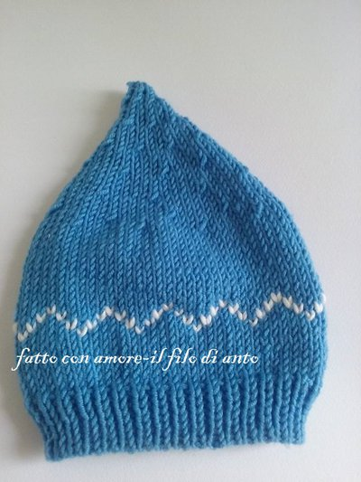 Cappello a punta in lana merinos azzurra e disegni jaquard