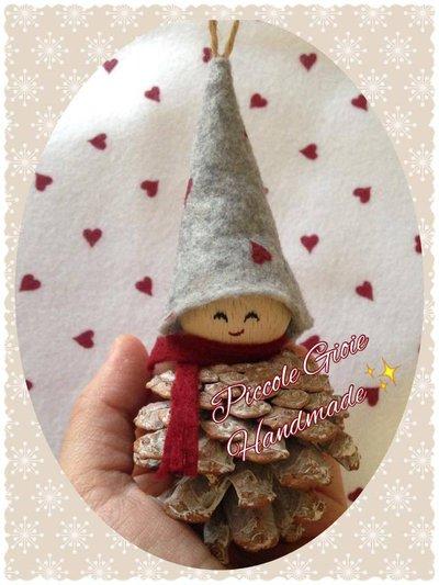 """Decorazione natalizia """"Folletto pigna"""" (grande)"""