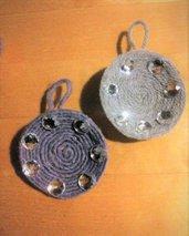due decorazione a tema anche natalizio su piattino bambù spirale con lana melange viola e diamantini