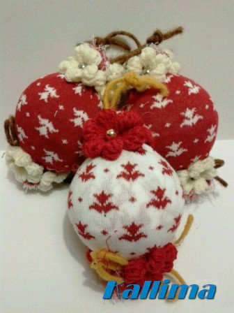 Palle di natale decorate in lana fatte a mano feste - Palline di natale fatte in casa ...