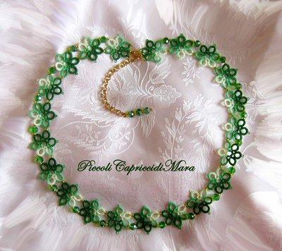 Collana al chiacchierino con cristalli verdi e perline dorate