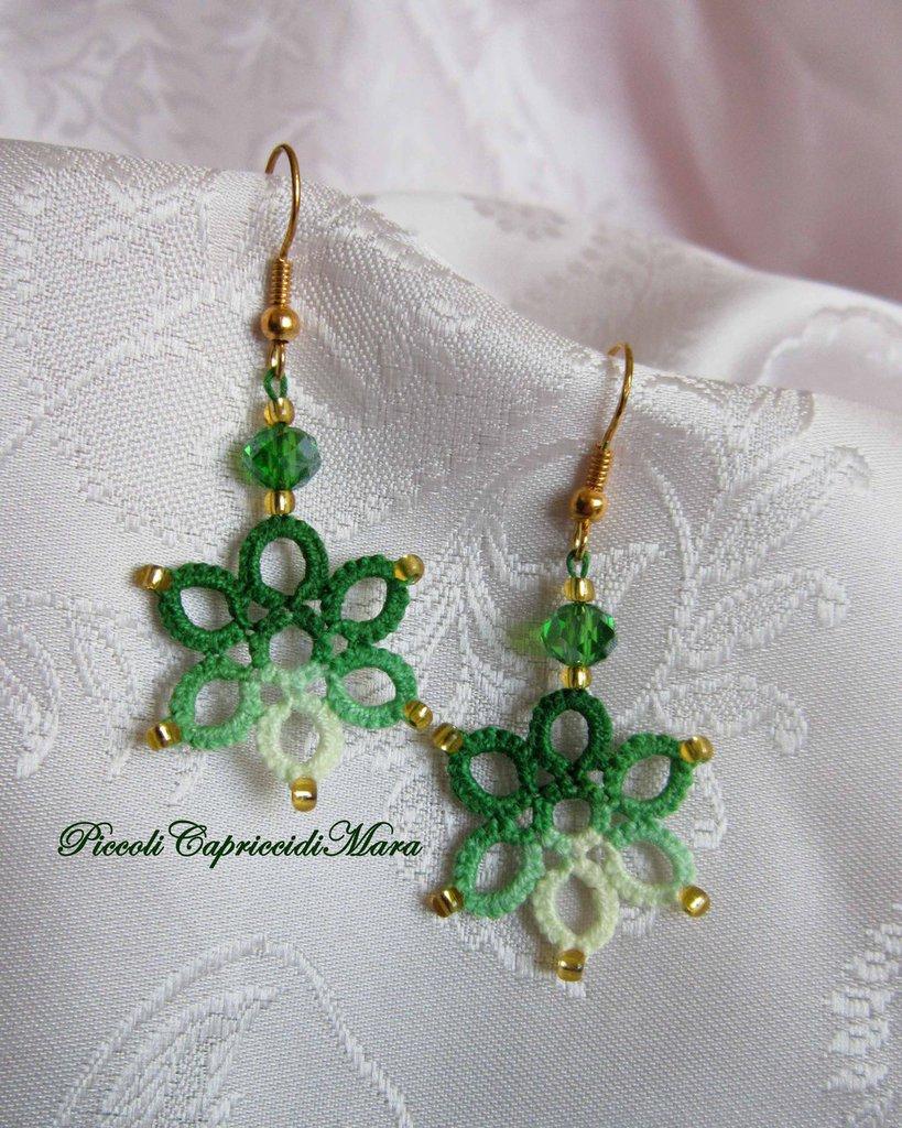 Orecchini al chiacchierino con cristalli verdi e perline dorate