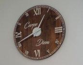 Orologio -Carpe Diem- arredo da parete in legno - riciclo creativo da bancali (pallet) a impatto zero con lancette e numeri romani bianchi - movimento esterno