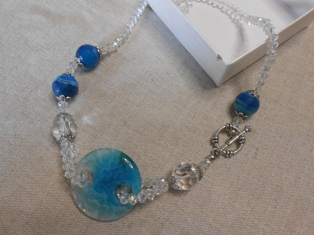 collana con agate azzurre e cristalli grigi, idea regalo.