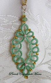 Ciondolo verde chiaro al chiacchierino, cristalli verdi, perline rosa e dorate