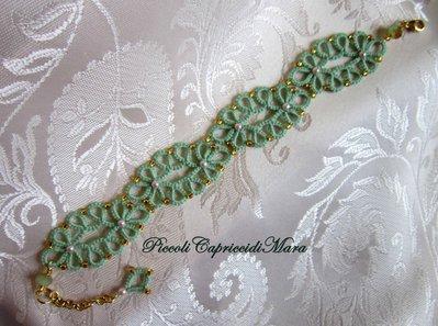 Bracciale verde chiaro al chiacchierino, cristalli verdi, perline rosa e dorate
