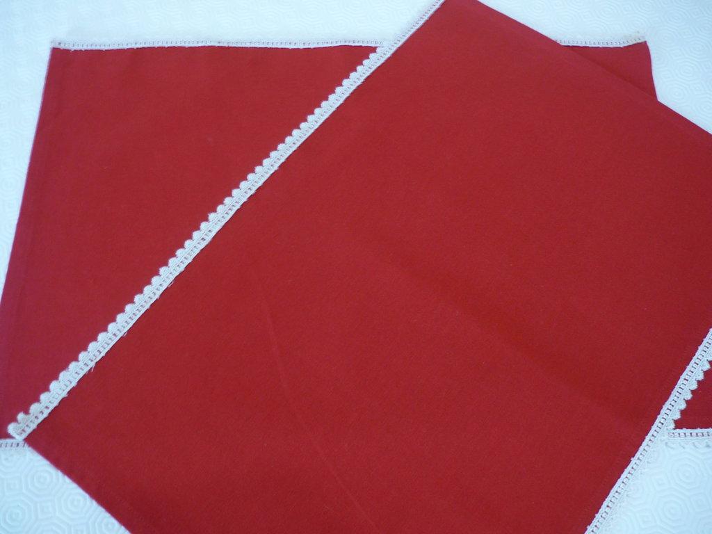 Tovagliette eleganti di tessuto rosso con pizzo macramè