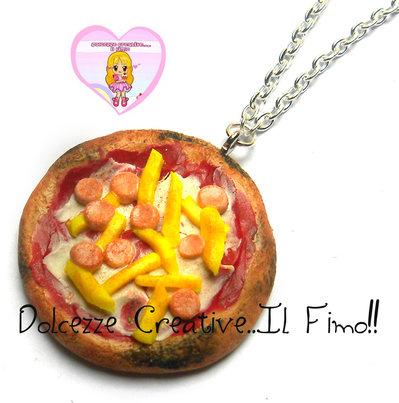 Collana Pizza Wurstel e patatine fritte con salsa al pomodoro e formaggio