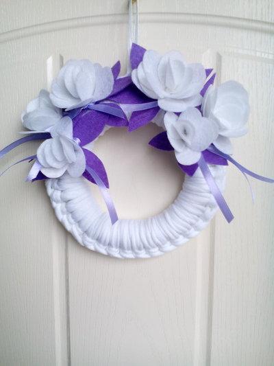 Ghirlanda con fiori in feltro stile snabby