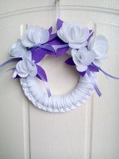 Ghirlanda handmade con fiori in feltro stile snabby www.misshobby.com doni e bomboniere
