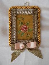 Quadretto natalizio decorato con passamaneria e rosa dipinta a mano su stoffa.