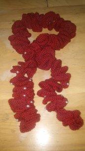 Sciarpa a spirale bordeaux con perle