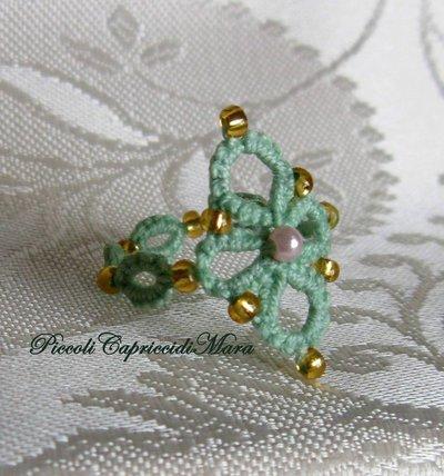 Anello verde chiaro al chiacchierino, perline rosa e dorate